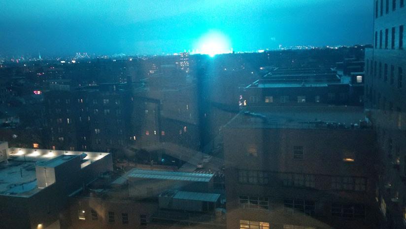 FOTOS, VIDEO: Luz azul ilumina el cielo de Nueva York (y no fueron extraterrestres)