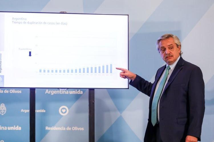 El presidente de Argentina, Alberto Fernández, señala un gráfico durante una conferencia de prensa en Buenos Aires en la que anunció la extensión de una cuarentena obligatoria en grandes ciudades debido a la pandemia del coronavirus. 10 abr, 2020