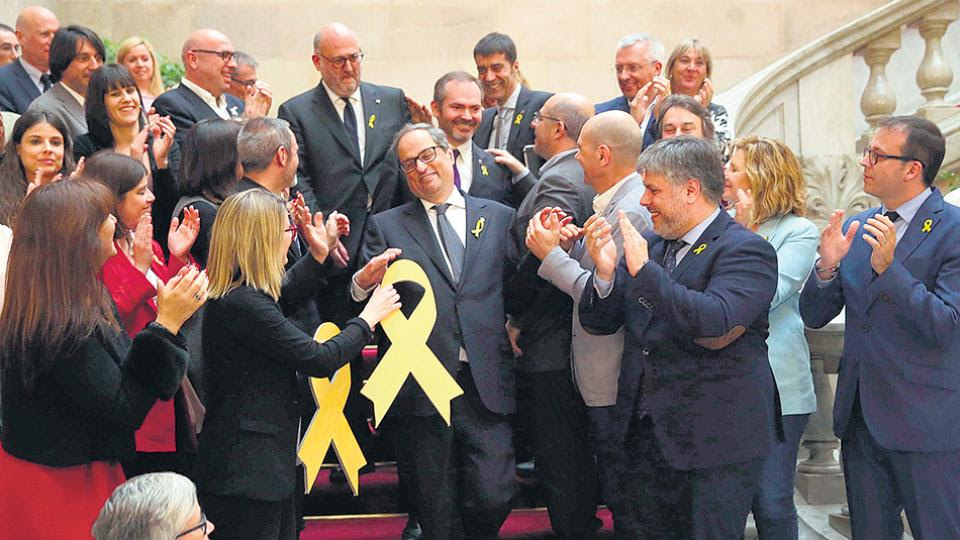 Los diputados de Junts per Catalunya saludan a su nuevo líder, Quim Torra.