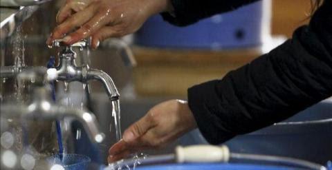 Una mujer se lava las manos debajo de un grifo. EFE (Archivo)