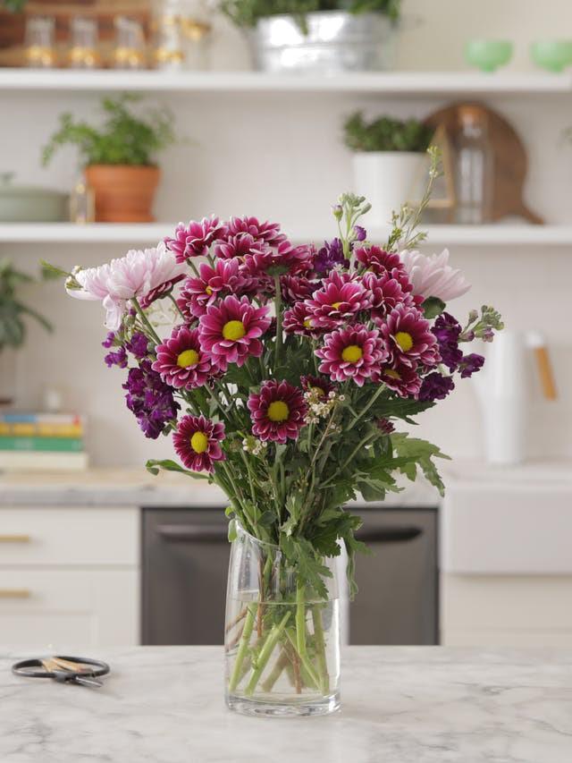 3 cách cắm hoa vừa đơn giản lại vừa đẹp khiến ai cũng phải xuýt xoa - Ảnh 4.