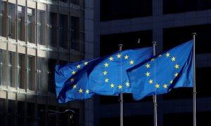 Banderas de la Unión Europea ondean delante del edificio que alberga la Comisión Europea en Bruselas. | Reuters