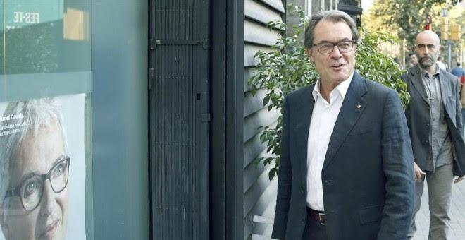 El presidente de la Generalitat, Artur Mas, a su llegada esta mañana a la sede de Convergència Democràtica de Catalunya, el día después de ganar las elecciones autonómicas. EFE/ Andreu Dalmau