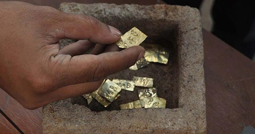 Descubren en Java 22 placas de oro grabadas con nombres de antiguos dioses de los vientos