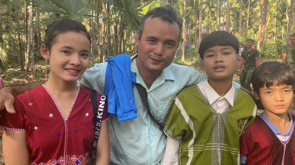 Naw Neela Oo và cha và các anh trai của cô