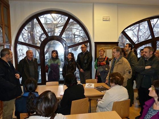 Emili Mirá mopstrando la biblioteca especializada en Música del Micalet. Foto Mercedes Grau.