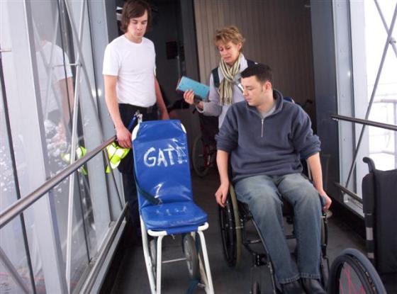 Cadeiras especiais, mais estreitas, são utilizadas para o acesso e transferência de pessoas com deficiência dentro das aeronaves