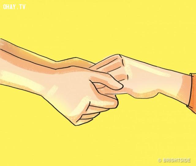 13. Nắm tay ai đó từ phía dưới,thủ thuật tâm lý,mẹo tâm lý,tâm lý học,ngôn ngữ cơ thể