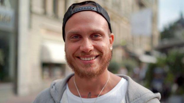 Andreas Kensen sorri para foto na rua