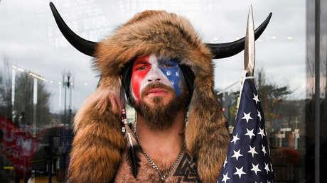 """El 'vikingo' detenido por asaltar el Capitolio está dispuesto a testificar contra Trump en su juicio político al sentirse """"traicionado"""" por él"""