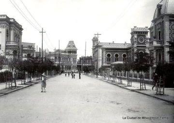 A la izquierda, el edificio que ocupó la Embajada de la República en España.