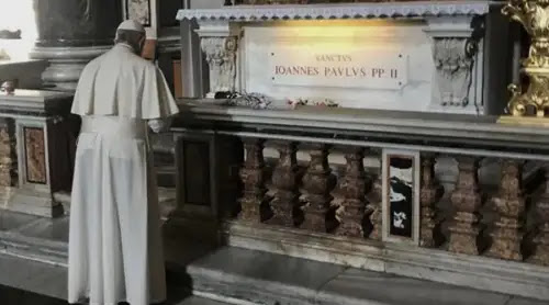 El Papa Francisco reza ante la tumba de San Juan Pablo II en el día de su festividad