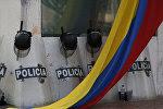 Escudos de los policías colombianos y la bandera del país (archivo)