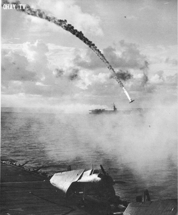 Một máy bay chiến đấu của Nhật bị bắn rơi trong trận chiến đảo Saipan năm 1944.,bức ảnh lịch sử,khoảnh khắc lịch sử