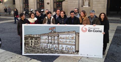 Los integrantes de la candidatura de Barcelona en Comú, en la Plaça Sant Jaume./ R. X.