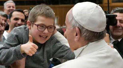 Papa Francisco agradece a voluntarios que permanecen como María al pie de la cruz