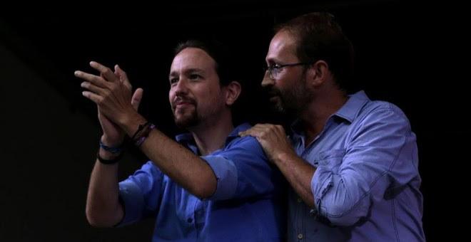 """El lider de Podemos, Pablo Iglesias, junto al lider de ICV, Joan Herrera, durante el mitin de Catalunya Si que es Pot que han realizado esta tarde en Mollet del Vallès (Barcelona), en el que Iglesias se ha mostrado orgulloso de ser """"amigo"""" de los catalane"""