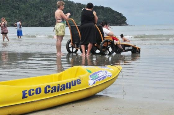 Cadeiras anfíbias e caiaques adaptados são equipamentos que permitem tornar a praia acessível