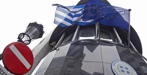 Las banderas de Grecia y de la Unión Europea en la Embajada helena en Bruselas. REUTERS/Yves Herman
