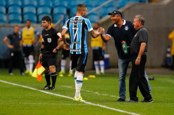 Luan comemora com Roger o gol da vitória (álbum Flickr do Grêmio Oficial)