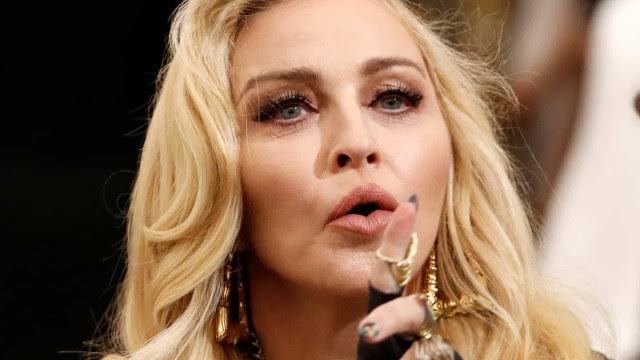 Madonna faz show com seios à mostra em Nova York