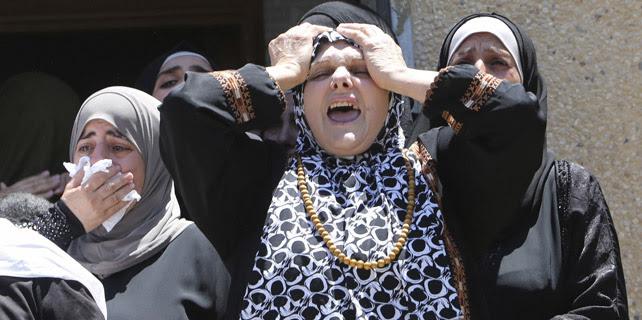 Familiares del palestino Tayyeb Shehada, fallecido por los ataques de Israel. 26 de julio de 2014. REUTERS/Abed Omar Qusini