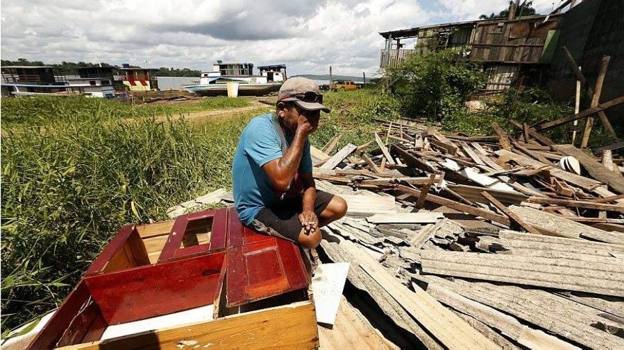 Morador chora ao ver sua casa no chão