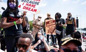Multitudes se reúnen cerca del Lincoln Memorial para la 'Marcha quítate las rodillas del cuello' en Washington, DC, EEUU. / EFE / EPA / JIM LO SCALZO