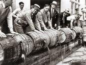 Vyléváme! Američtí federální agenti při veřejné likvidaci nelegálního alkoholu...