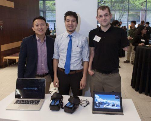 Adam Li, Nate Tran e George Levay mostram os sapatos adaptados para controlar vídeo games