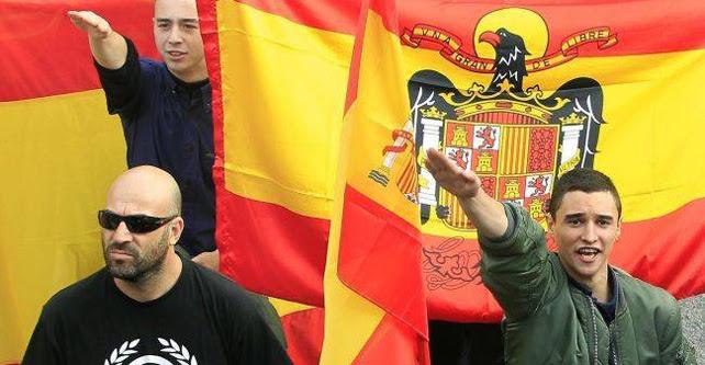 Asistentes a la concentración convocada por la plataforma 'La España en marcha', durante una manifestación por la unidad de España en Barcelona.