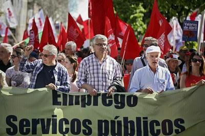 """""""Hay que luchar contra los que nos roban"""" son una de las consignas de los portugueses"""