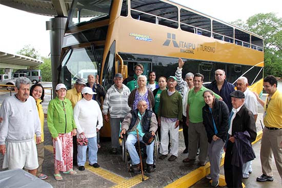 Foto de despedida junto ao ônibus acessível que proporcionou um passeio panorâmico por Itaipu
