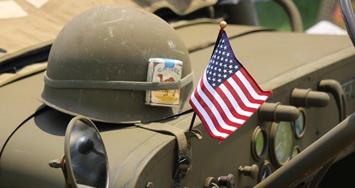Un casco y la bandera de EEUU