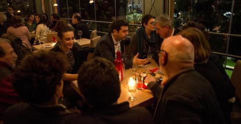 Alexis Tsipras, con varios miembros de su equipo de Syriza, en un bar en Atenas tras el el mitin de cierre de campaña del jueves. - CLEMENTE BERNAD