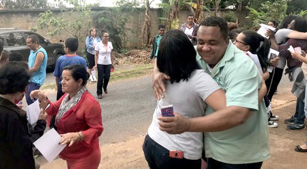 Professores, pais, convidados da comunidade do entorno da Escola Estadual Dr. Amaro Neves, em Belo Horizonte, socializam em atividade do workshop Cultura da Paz.
