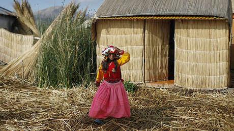Una niña en una isla flotante del pueblo uro en el lago Titicaca, Perú, el 5 de noviembre de 2014.