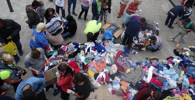 Distribución de ropa a los refugiados en la estación de trenes./ C.T