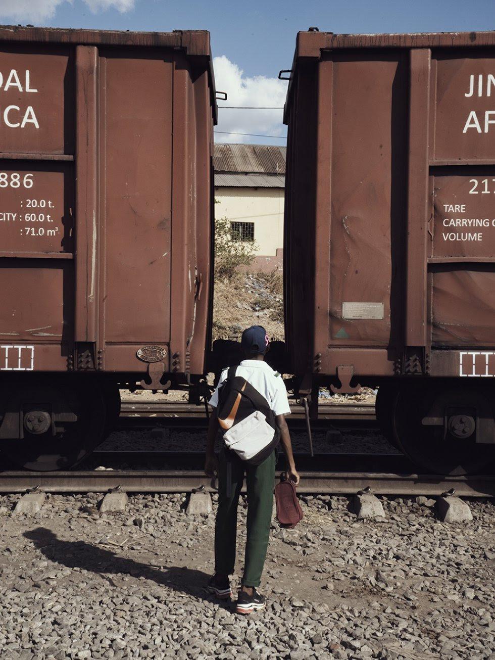 """Una vez extraído, el carbón se procesa y luego se transporta en camiones y trenes hasta el puerto de Maputo y otros sitios. Dos veces al día, los trenes """"cortan"""" las aldeas contribuyendo a la dispersión del polvo de carbón en el camino."""