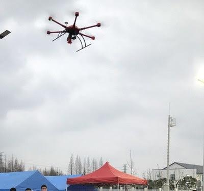 Dron de MMC con megáfonos haciendo difusión aérea (PRNewsfoto/MicroMultiCopter Aero Technolog)