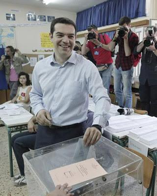 Alexis Tsipras, líder de Syriza, votó en un colegio electoral de Atenas.