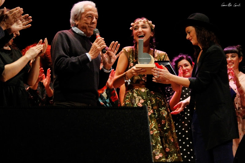Federica Morrone premiata da Mario Lavezzi e Rachele Bastreghi dei Baustelle - foto di Camilla Cauti