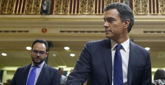 El portavoz del PSOE en el Congreso, Antonio Hernando, junto al líder de los socialistas, Pedro Sánchez.- EFE
