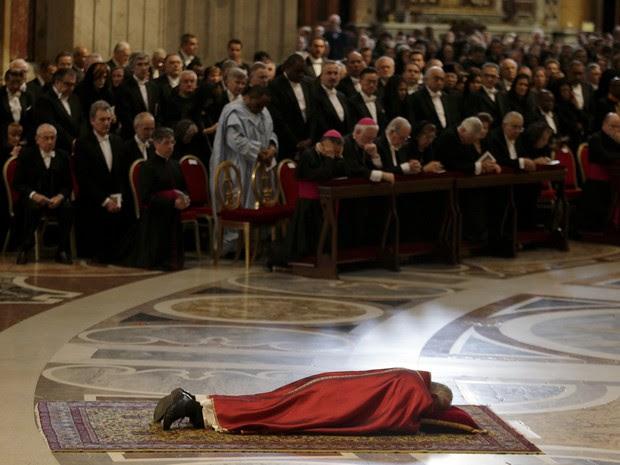 O Papa Francisco participa nesta sexta-feira de celebração que lembra a morte de Jesus Cristo (Foto: Max Rossi/Reuters)