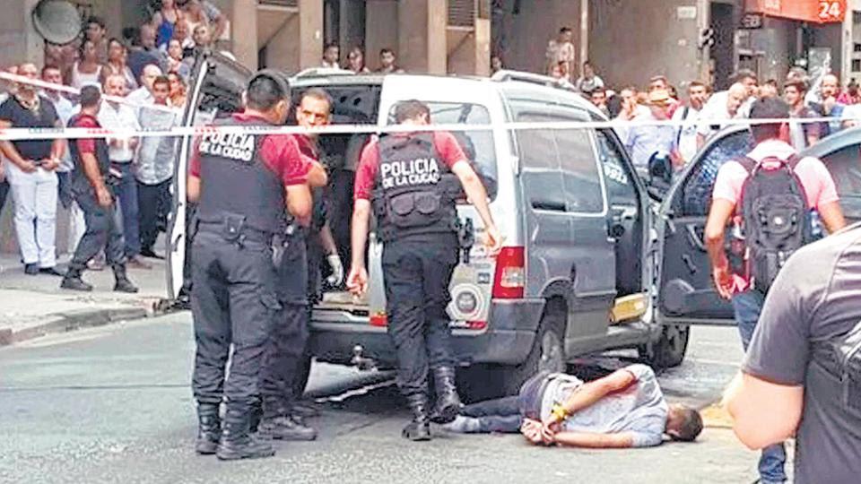 En el operativo policial hubo un único detenido, que se encontraba herido. Otras dos personas lograron escapar.