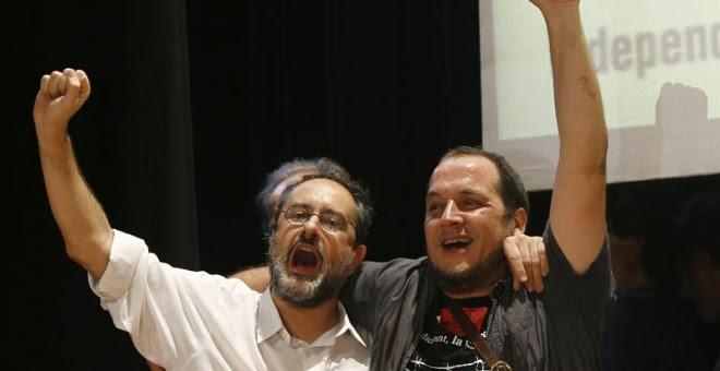 El candidato de la CUP, Antonio Baños, y el lider de la formación independentista, David Fernández, durante la celebración en su sede de los resultados obtenidos en las elecciones catalanas./ EFE