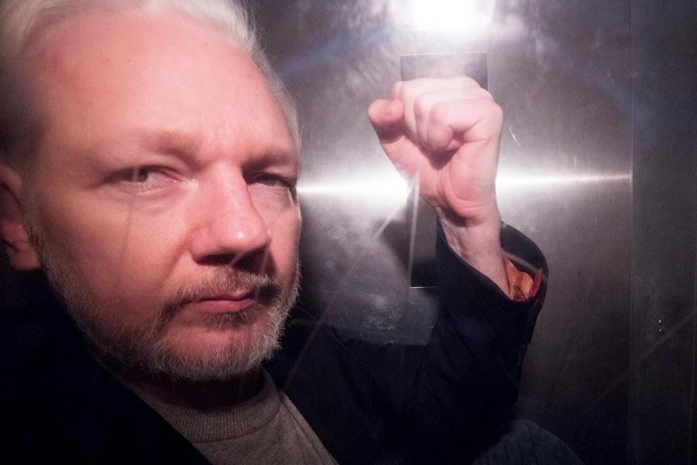 01/05/2019. El fundador de WikiLeaks, Julian Assange, hace gestos en una camioneta de la prisión, mientras sale de Southwark Crown Court en Londres. - EFE