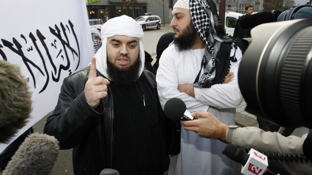 Le leader du groupe Forsane Alizza,Mohamed Achamlane, s'exprime devant la presse lors d'une manifestation à Nantes (Loire-Atlantique), le 21 novembre 2011.