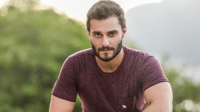 Hugo Bonemer aparece peladão em série de TV