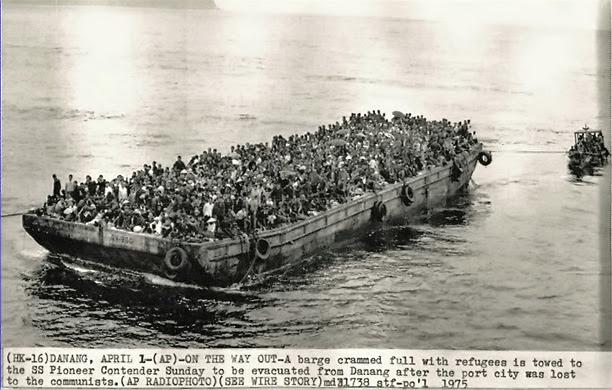 Xà lan chở người tị nạn lên tầu SS Pioneer Comander. Nguồn: